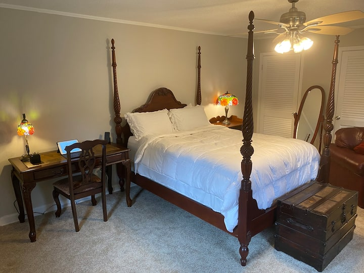 Vintage Queen Bed & Private Bathroom near Duke/RDU
