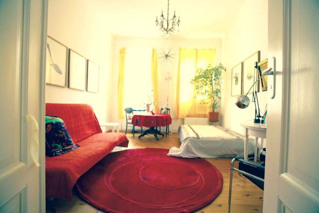 Warm colors, sunshine, a round carpet.
