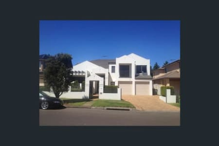 Suburban Mansion - Room Available - Glenwood - Hus
