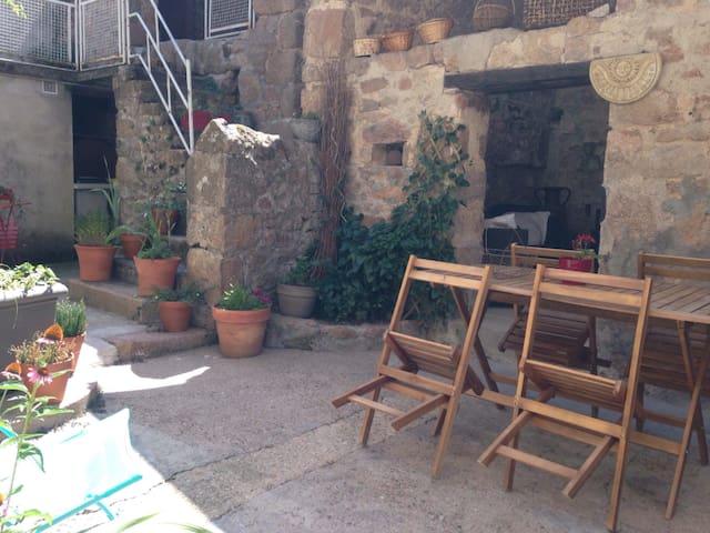 belles chambres spacieuses dans maison de village