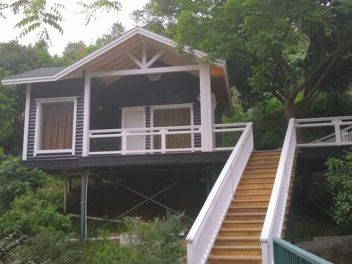 鸟语山居(美式风格拥有近60平的房间及独立40平的观景台,鸟语花香)