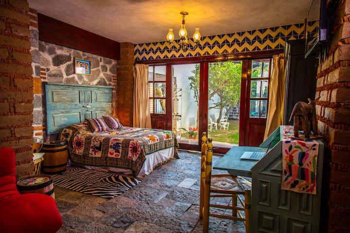 SUEÑOS DE POETA.  Habitación con cama matrimonial y secreter como mini office.