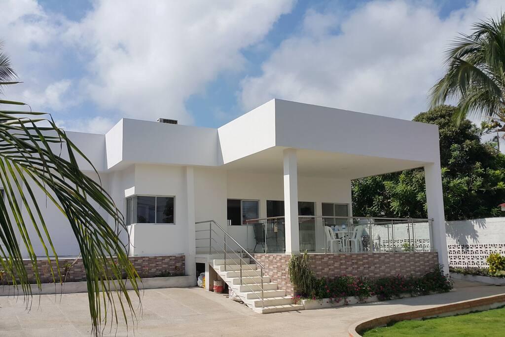 Ubicada a 150 mts de las playas de Santa Verónica, municipio de Juan de Acosta, Atlántico