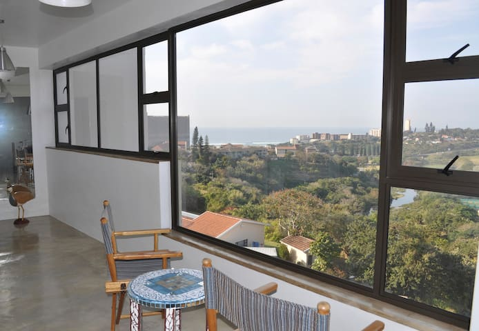 Airy, cool industrial Loft with expansive views. - Amanzimtoti - Apartment