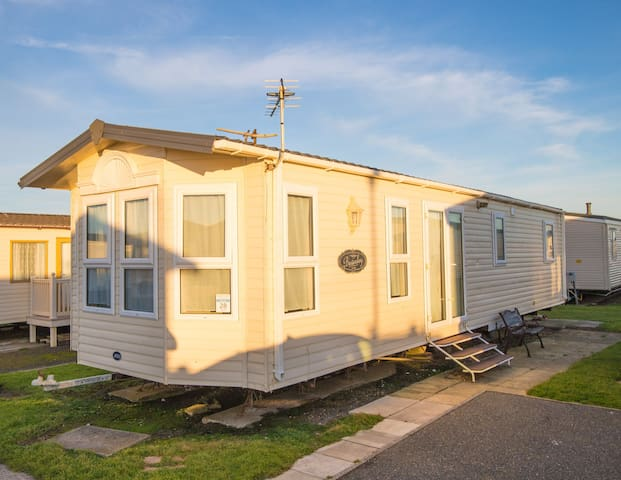SP28 - Camber Sands Holiday Park - Sleeps 8 - Private Parking - 2 mins walk from the Beach