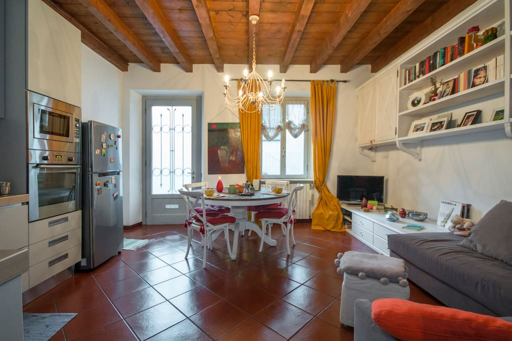 Entrata e sala da pranzo con cucina