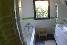 La deuxième Sdb avec douche,baignoire et deux vasques