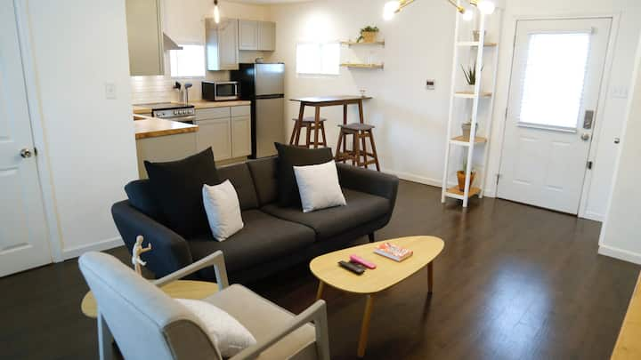 Modern 1 Bdrm  - Short Drive to Downtown Austin!