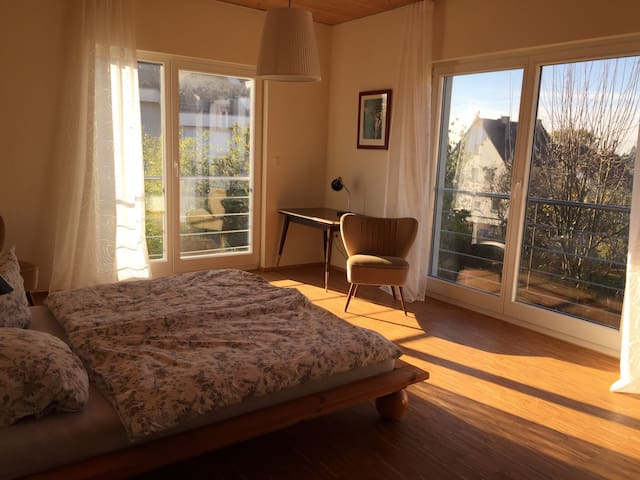 Sonniges Zimmer mit Ausblick