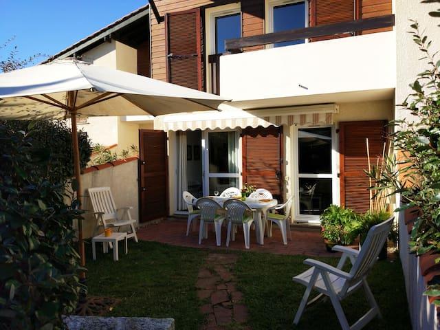 Villa Patio à 150 m de la Plage, Piscine et WIFI