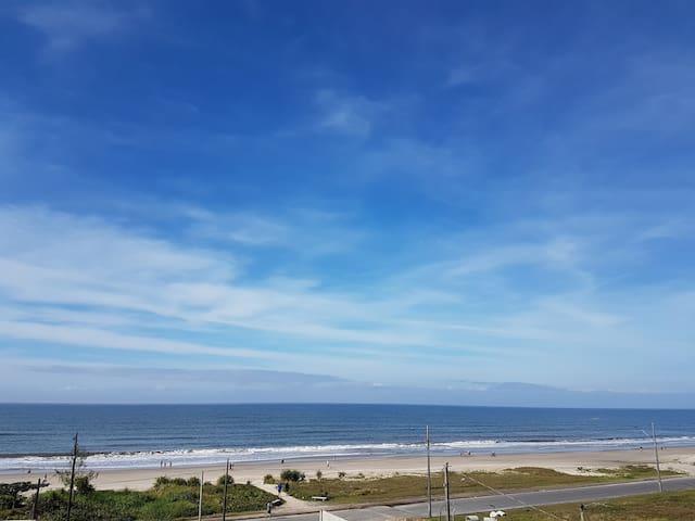 Ensolarado apto com vista para o mar