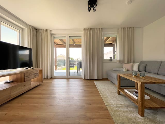 Wohnzimmer mit Zugang zur Terrasse | Living room with access to the terrace