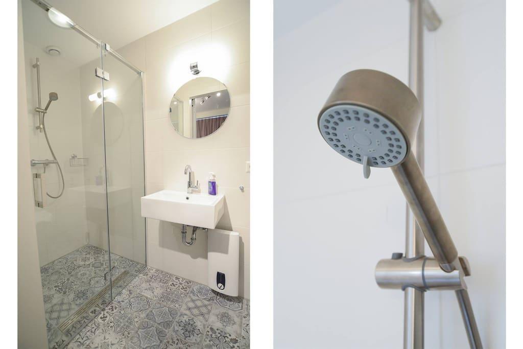 badkamer met toilet op de kamer