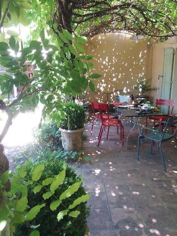 chambre dans maison de charme - Saussan - Guesthouse