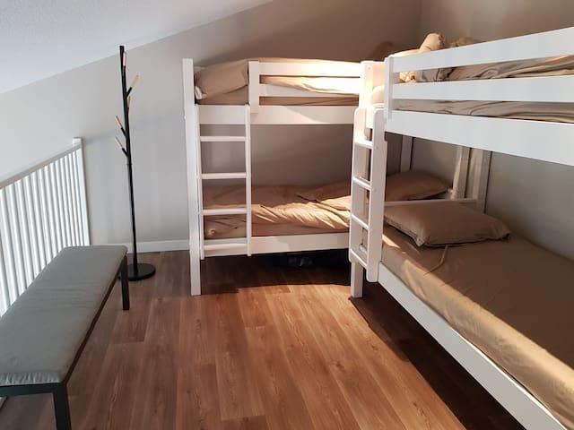 Voor meerdere gasten is er een appartement met stapelbedden