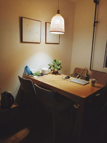 餐厅手机信号、网速非常好,桌上的绿萝生命力极强,原本耷拉着脑袋,祖贤浇一桶水,晚上就奇迹般地竖起来了。