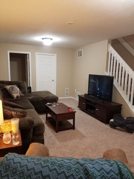 Finished basement/big screen, sectional couch sleeps 2