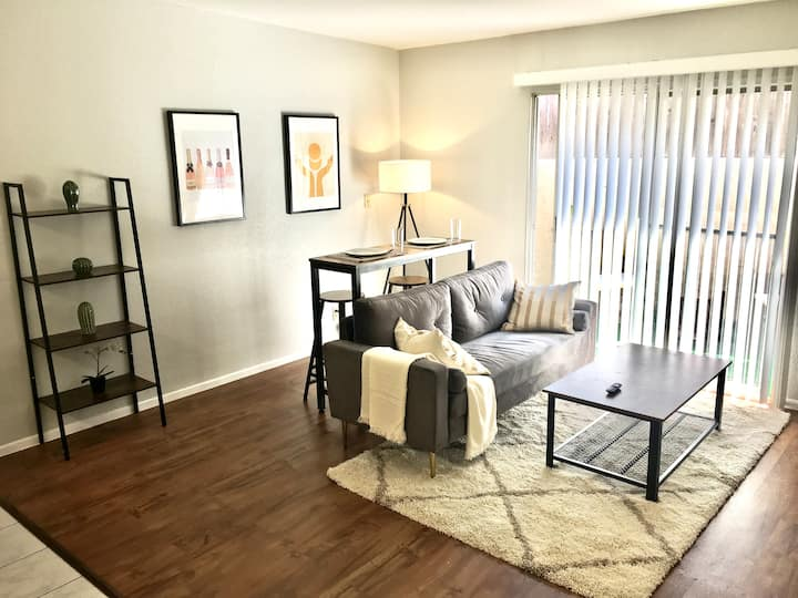 Styled 1 Bedroom APT w/ Patio, 10min to beach!