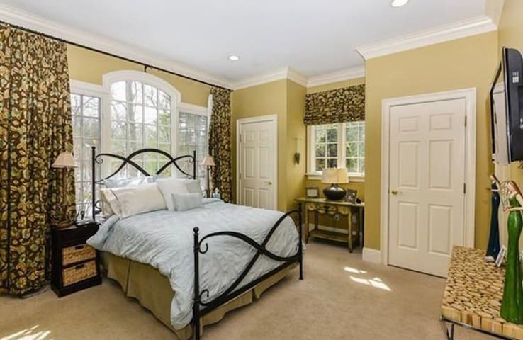 Spacious 1st floor private bedroom/private bath
