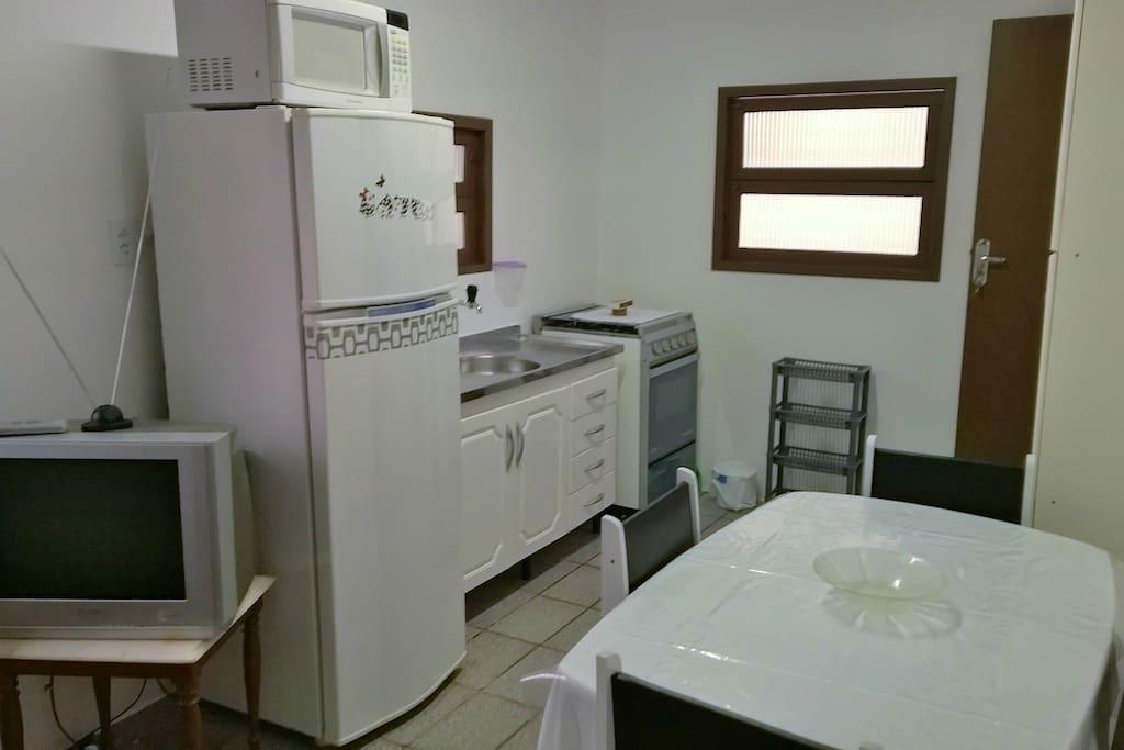 Apartamento 2º andar: Cozinha completa com TV local.