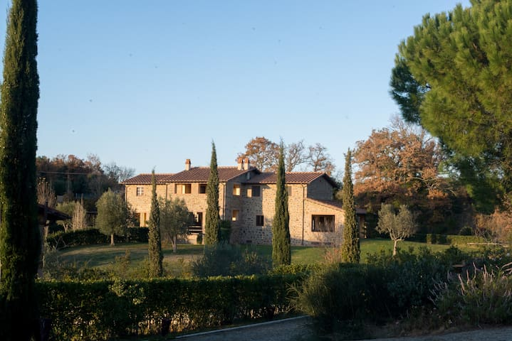Farm-house in Tuscany in a Hamlet - Montorgiali - Casa de camp