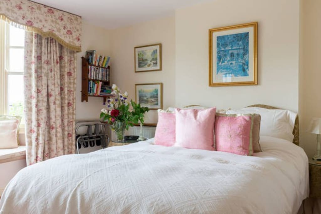 Cotswolds Bed and Breakfast - Family Room with ensuite bathroom