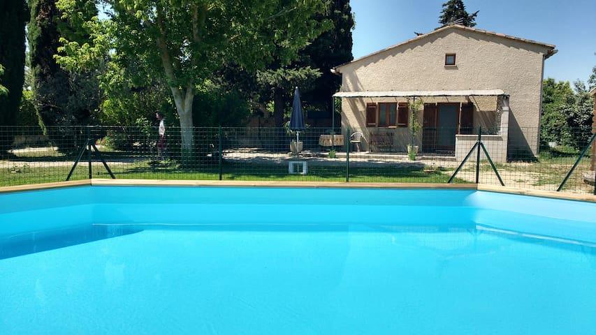 Joli studio + piscine proche Luberon