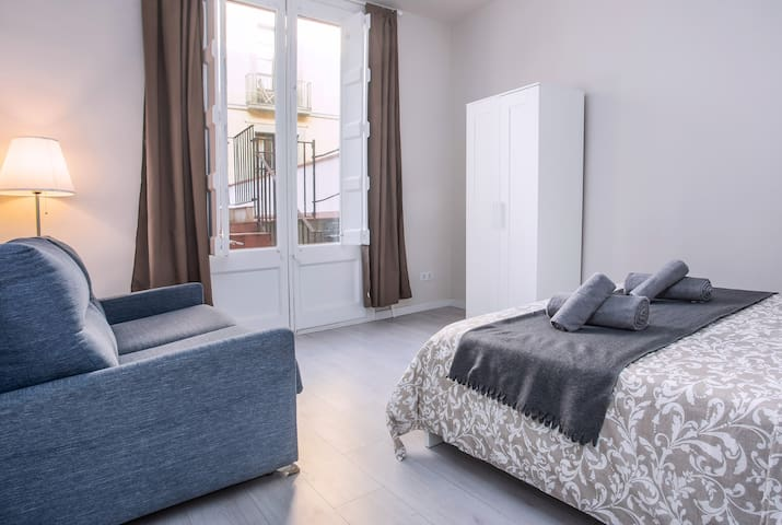 Room for 3 people with terrase Gotic Quarter