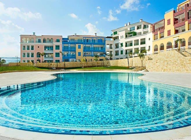 2b Seafront Luxury Pool & Gym Apt- Limassol Marina