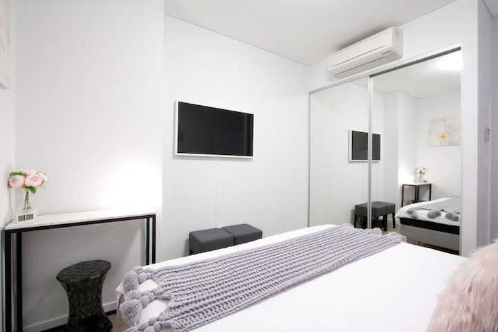 Private Bedroom - Air Conditioning, 43 inch Smart TV with Netflix and Disney+, Mirrored wardrobe.
