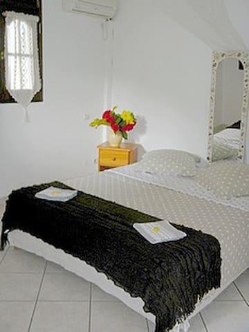 une chambre confortable climatisée  Petite TV Salle de douche WC indépendante  Coin rangement