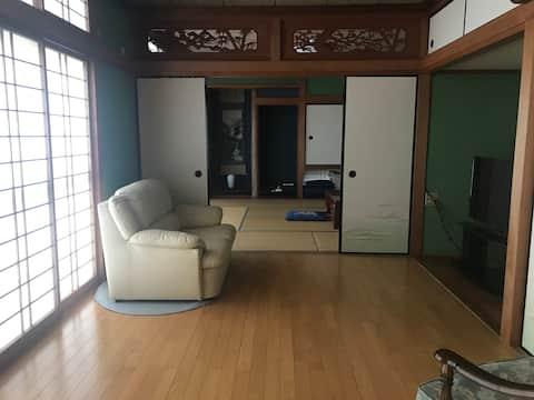 Une maison dans le village de Tsugazu