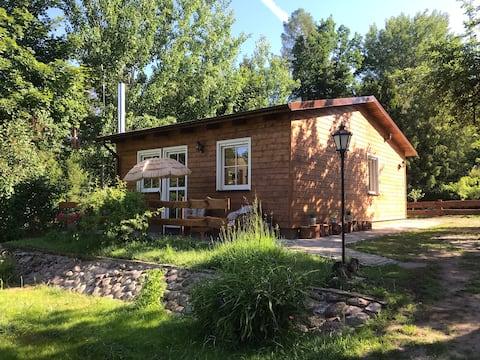 Holzhütte im idyllischen Naturpark