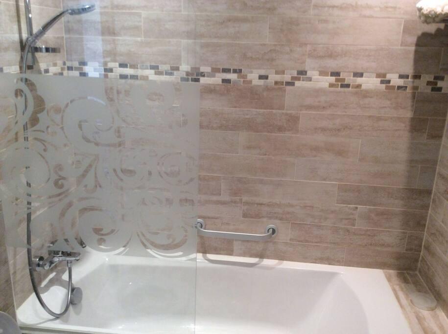 salle de bain 1 avec baignoire