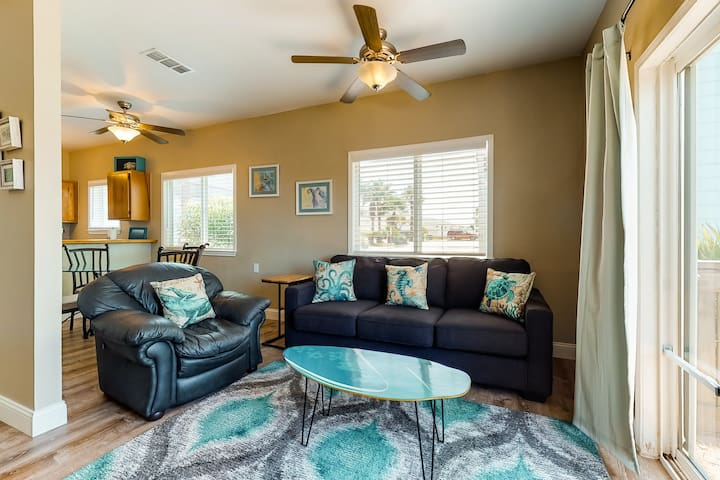 NEW LISTING! Bright condo by the beach w/ shared pool & great location!
