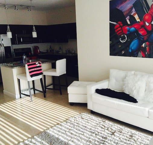 Amplio Apto. En Complejo Privado - Miami - Apartment