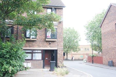 Arturo's London home - London - House