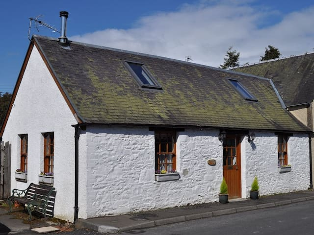 Brigend - cosy cottage in pretty Scottish village - Selkirk - Holiday home