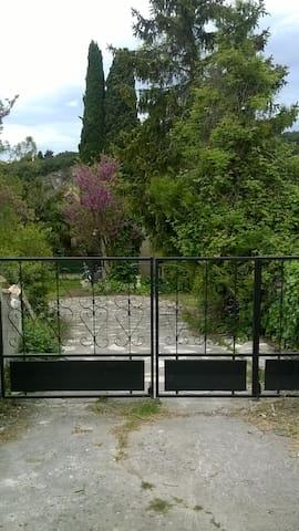 Gîte au calme proche Tricastin - Bourg-Saint-Andéol - Huis