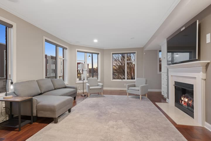 Spacious Luxury Townhouse- 3Br/3.5 bath- Perfect Location
