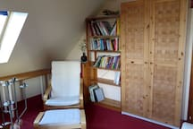 Sessel mit Fußstütze, ein Bücherregal und einen Kleiderschrank!