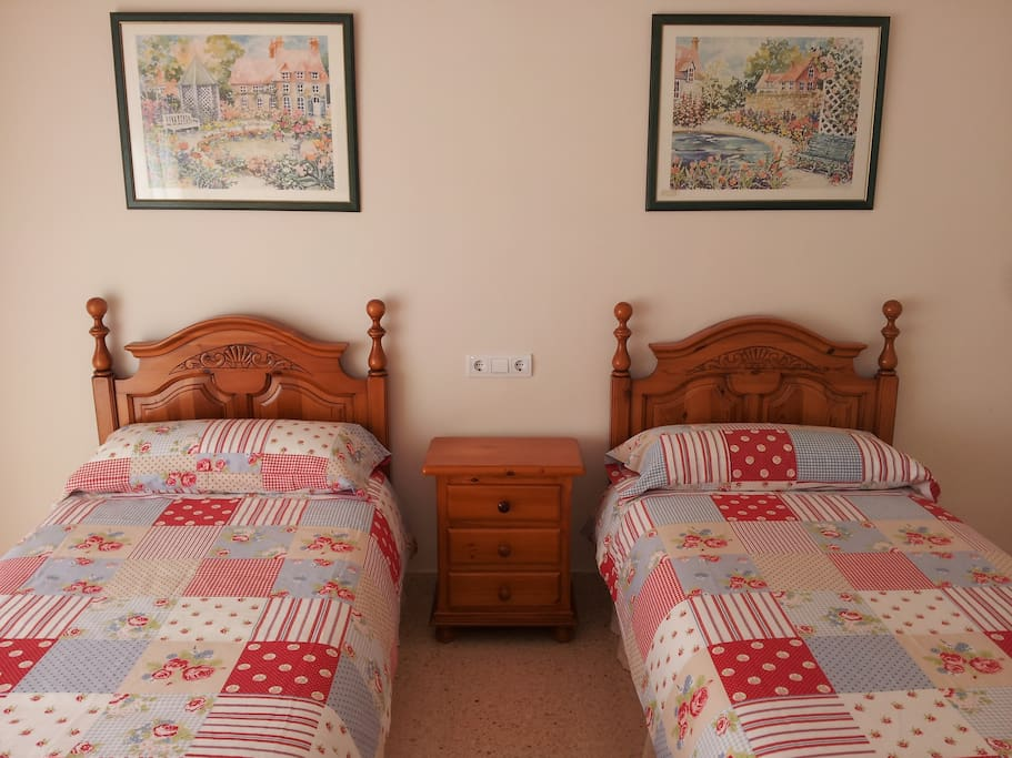 El front n budget double room bed and breakfasts for for Beds 4 u malaga
