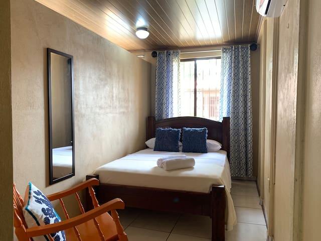 Habitación principal colchón semiortopédico Full Size con A/C  |  Main bedroom with semi-orthopedic mattress Full Size and A/C