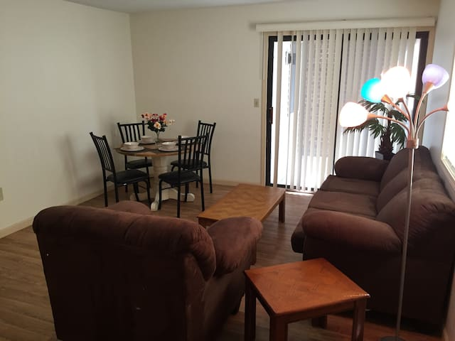 Beautiful 4 BR Apt. Next to  U of I - 2nd Floor - Urbana - Appartement