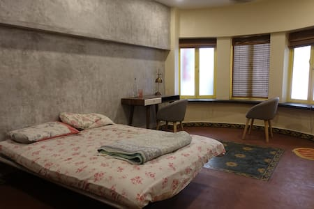 Cute detached room in a spanish bungalow compound - 孟買 - 平房