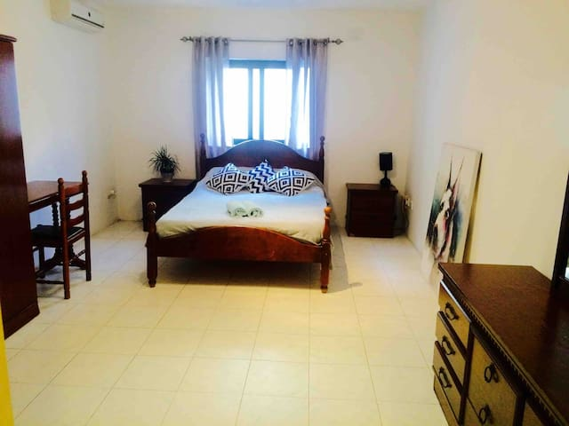 Spacious en suite room in perfect location