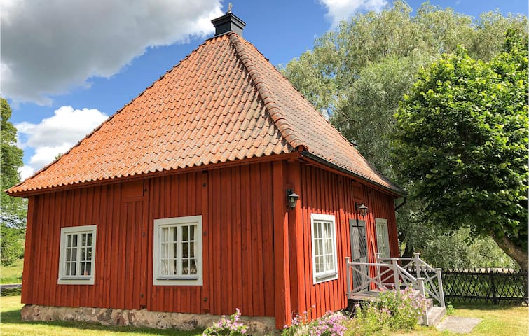 Holiday cottage with 2 bedrooms on 45m² in Mantorp