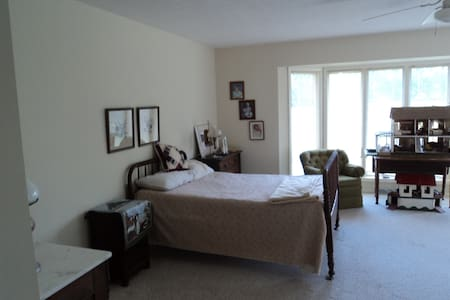 large bedroom & bath in the country - Stockbridge