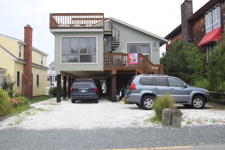 Spacious 5 bedroom, Pet Friendly Home One Block to the Ocean in Bethany with FREE ACTIVITIES