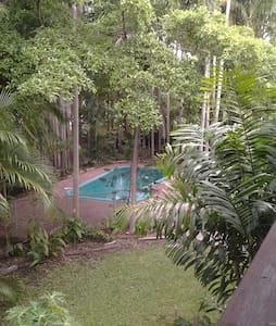 Tropical house and garden - Talo